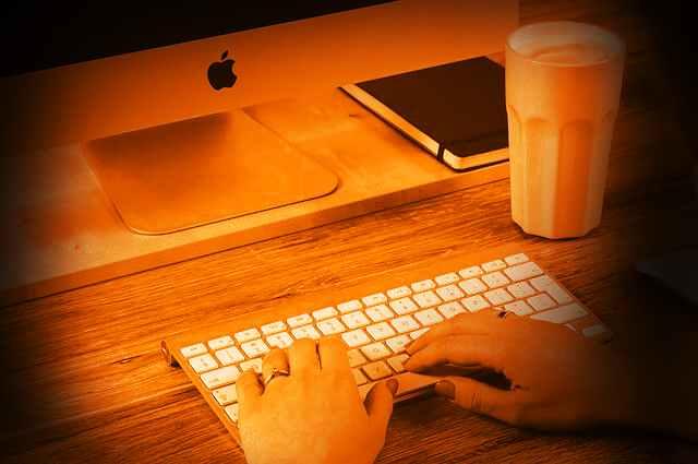 clavier d'ordinateur pour rédiger sur internet